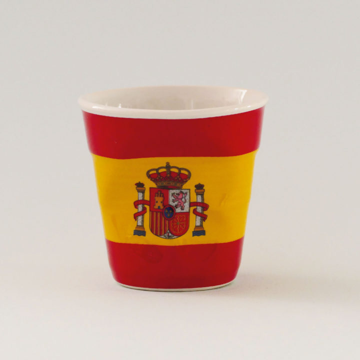 la tasse Espagne fait partie de la collection flag par revol, une série de tasses froissées en porcelaine éditée pas revol à partir d'une idée originale de béatrice pene créatrice d'assiettes et compagnie