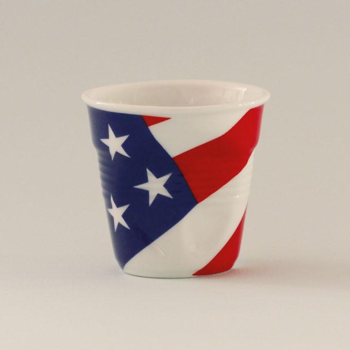 la tasse USA fait partie de la collection flag par revol, une série de tasses froissées en porcelaine éditée pas revol à partir d'une idée originale de béatrice pene créatrice d'assiettes et compagnie
