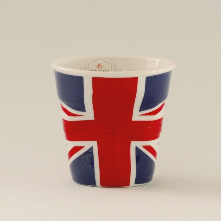 la tasse Grande Bretagne fait partie de la collection flag par revol, une série de tasses froissées en porcelaine éditée pas revol à partir d'une idée originale de béatrice pene créatrice d'assiettes et compagnie