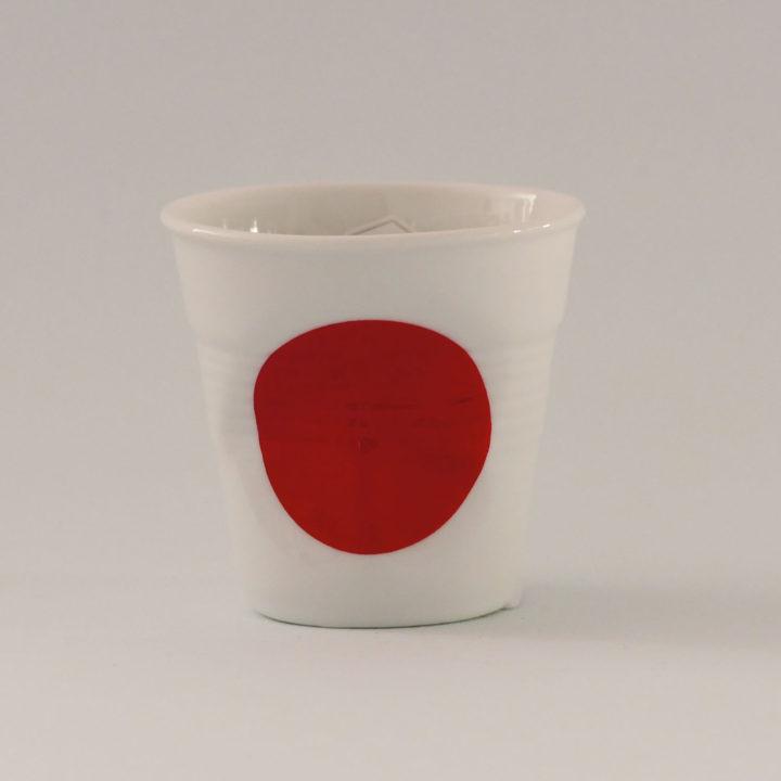 la tasse Japon fait partie de la collection flag par revol, une série de tasses froissées en porcelaine éditée pas revol à partir d'une idée originale de béatrice pene créatrice d'assiettes et compagnie