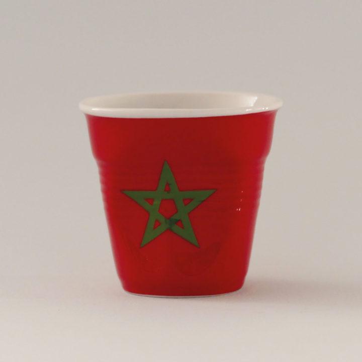 la tasse Maroc fait partie de la collection flag par revol, une série de tasses froissées en porcelaine éditée pas revol à partir d'une idée originale de béatrice pene créatrice d'assiettes et compagnie