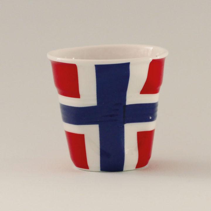 la tasse Norvège fait partie de la collection flag par revol, une série de tasses froissées en porcelaine éditée pas revol à partir d'une idée originale de béatrice pene créatrice d'assiettes et compagnie