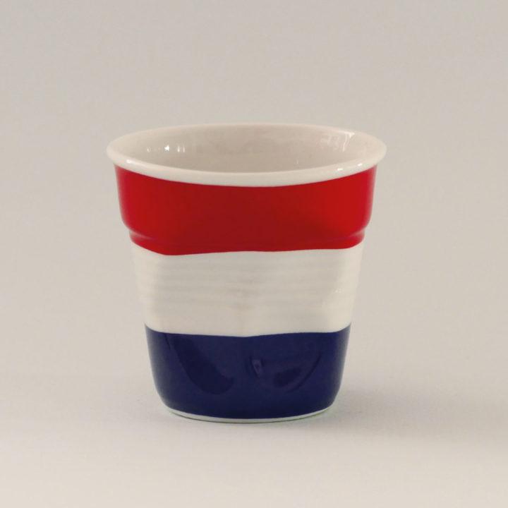 la tasse Pays bas fait partie de la collection flag par revol, une série de tasses froissées en porcelaine éditée pas revol à partir d'une idée originale de béatrice pene créatrice d'assiettes et compagnie