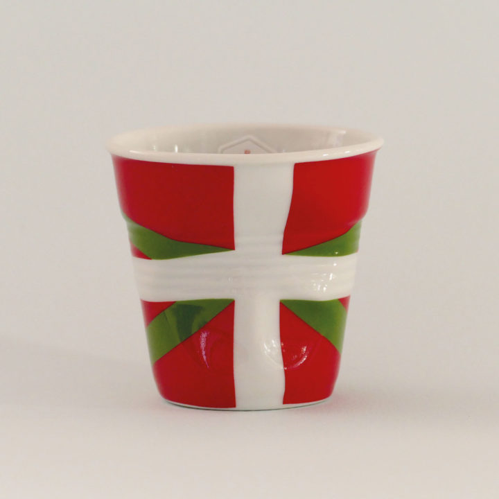 la tasse Pays basque fait partie de la collection flag par revol, une série de tasses froissées en porcelaine éditée pas revol à partir d'une idée originale de béatrice pene créatrice d'assiettes et compagnie