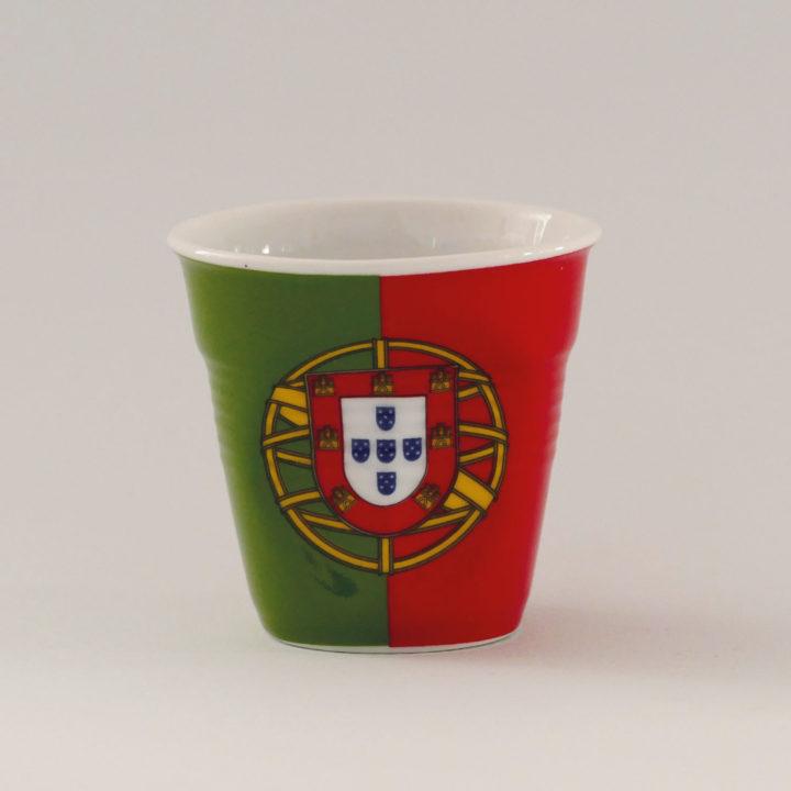 la tasse Portugal fait partie de la collection flag par revol, une série de tasses froissées en porcelaine éditée pas revol à partir d'une idée originale de béatrice pene créatrice d'assiettes et compagnie