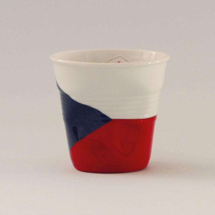 la tasse République Tchèque fait partie de la collection flag par revol, une série de tasses froissées en porcelaine éditée pas revol à partir d'une idée originale de béatrice pene créatrice d'assiettes et compagnie