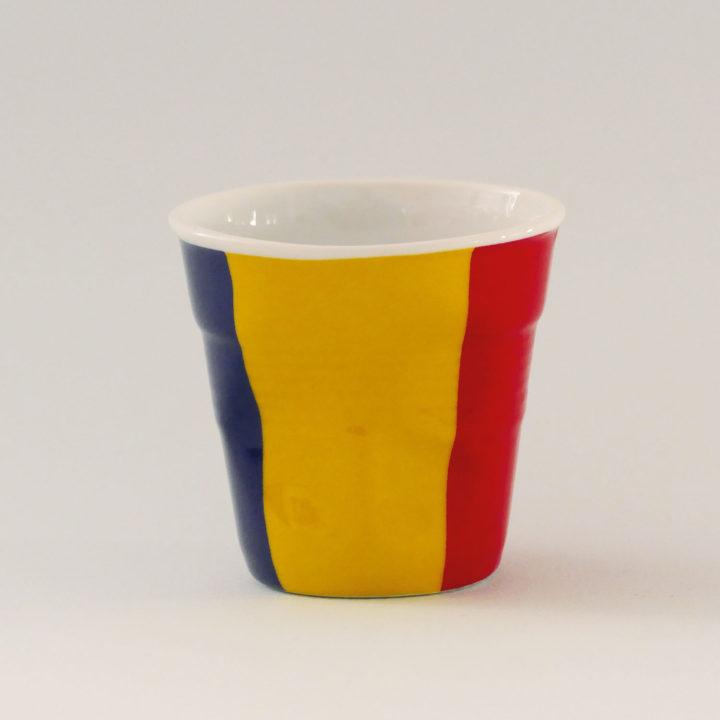 la tasse roumanie fait partie de la collection flag par revol, une série de tasses froissées en porcelaine éditée pas revol à partir d'une idée originale de béatrice pene créatrice d'assiettes et compagnie
