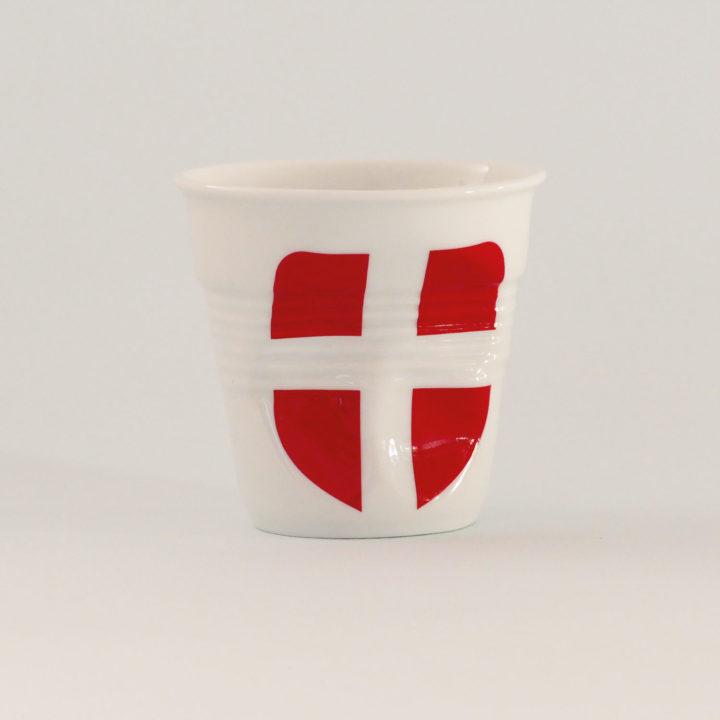 la tasse Savoie fait partie de la collection flag par revol, une série de tasses froissées en porcelaine éditée pas revol à partir d'une idée originale de béatrice pene créatrice d'assiettes et compagnie
