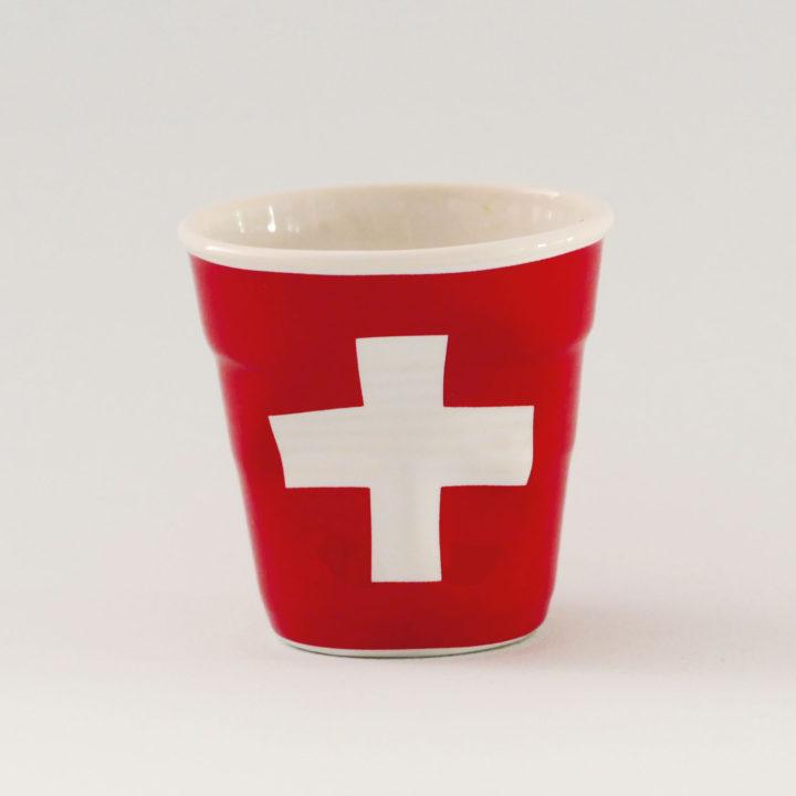 la tasse Suisse fait partie de la collection flag par revol, une série de tasses froissées en porcelaine éditée pas revol à partir d'une idée originale de béatrice pene créatrice d'assiettes et compagnie