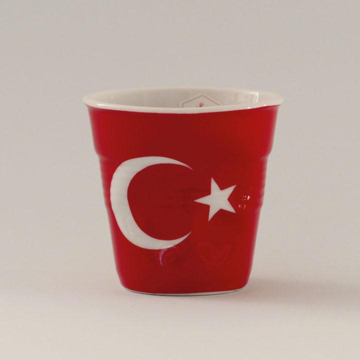 la tasse Turquie fait partie de la collection flag par revol, une série de tasses froissées en porcelaine éditée pas revol à partir d'une idée originale de béatrice pene créatrice d'assiettes et compagnie