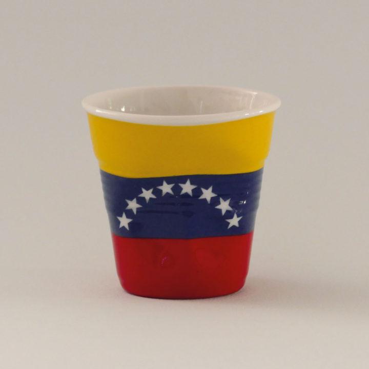 la tasse Vénézuela fait partie de la collection flag par revol, une série de tasses froissées en porcelaine éditée pas revol à partir d'une idée originale de béatrice pene créatrice d'assiettes et compagnie