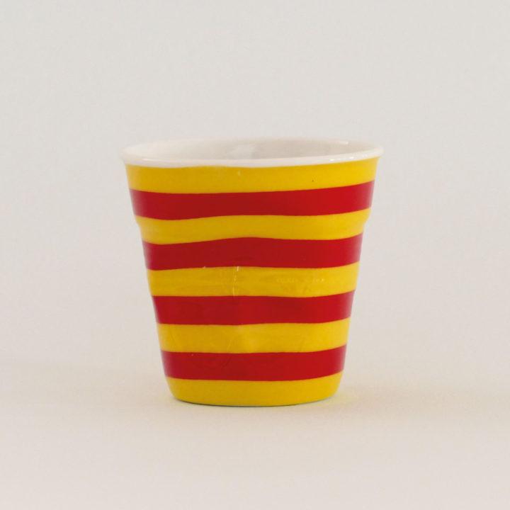 la tasse Catalogne fait partie de la collection flag par revol, une série de tasses froissées en porcelaine éditée pas revol à partir d'une idée originale de béatrice pene créatrice d'assiettes et compagnie