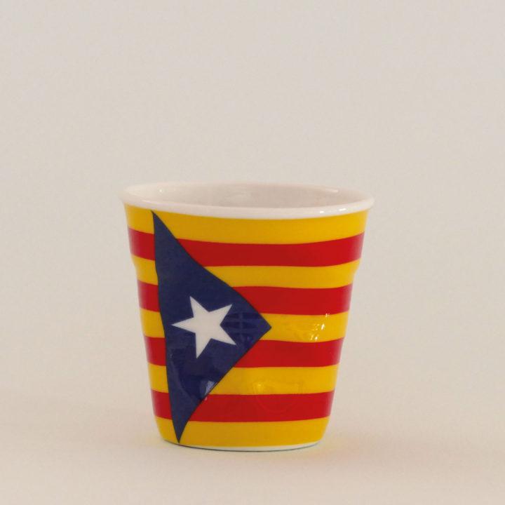 la tasse Catalogne indépendantiste fait partie de la collection flag par revol, une série de tasses froissées en porcelaine éditée pas revol à partir d'une idée originale de béatrice pene créatrice d'assiettes et compagnie