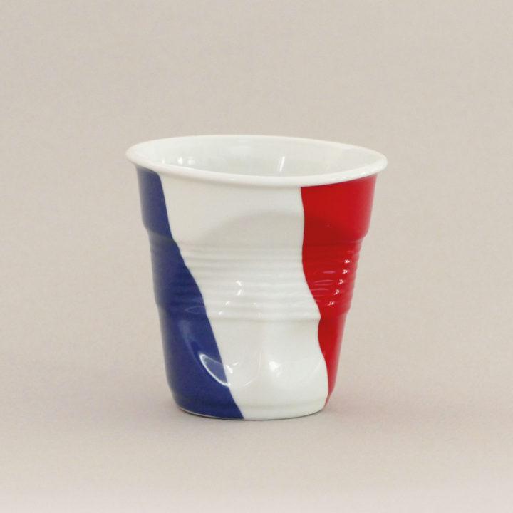 la tasse France fait partie de la collection flag par revol, une série de tasses froissées en porcelaine éditée pas revol à partir d'une idée originale de béatrice pene créatrice d'assiettes et compagnie