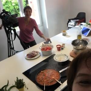 tournage de la recette de la piperade pour les carnets de julie france 3 émission spéciale ratatouille - recette dans la cuisine d'assiettes et compagnie à biarrtiz