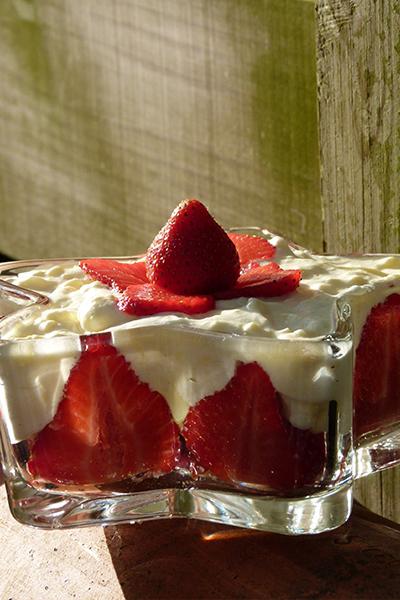 tiramisu aux fraises sur assiettes et gourmandises