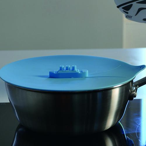 couvercle en silicone pour protéger votre plaque des éclats d'eau bouillante, la vapeur s'échappe des cheminées du paquebot, beaucoup d'umour sur cet ustensile de cuisine - trouvaille d'assiettes et compagnie