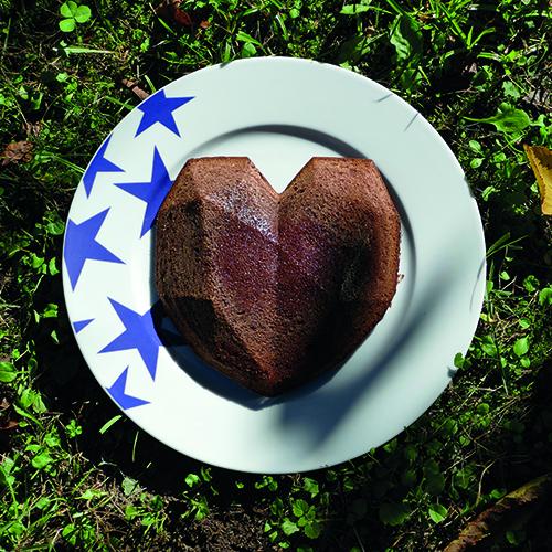 moule en sicilone coeur en 3 dimensions, pour faire un gateau à facettes, magnifique et très design à présenter sur un plat étoile d'assiettes et compagnie