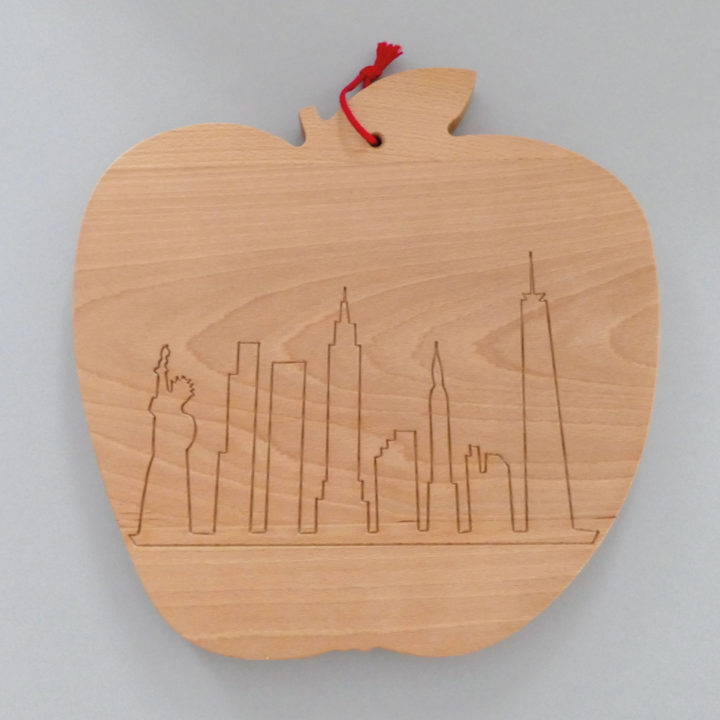 la planche big apple est un hommage à new york et ses gratte ciel elle est énorme, c'est la plus grande, presque un billot de cuisine - créaation assiettes et compagnie