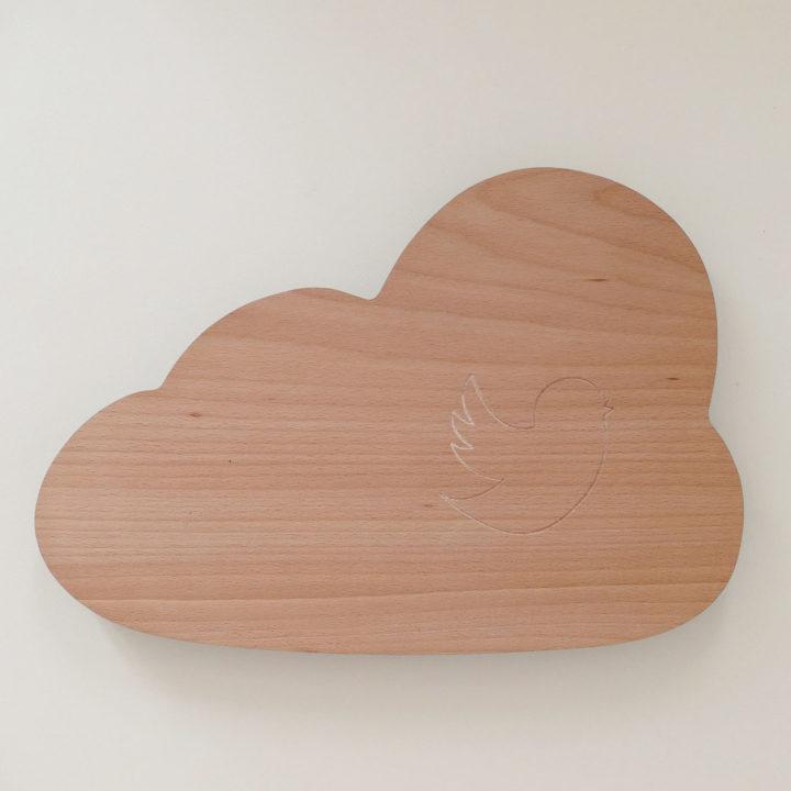 planche le nuage et son oiseau en hêtre massif un eplanche à découper originale par assiettes et compagnie