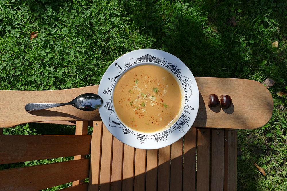 soupe à la chataigne dans saladier paris et dans assiette creuse pays basque, des créations assiettes et compagnie