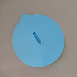 couvercle en silicone avec paquebot, qui a de petits trous pour laisser passer la vapeur, vous allez aimer son look son utilité et son grain de folie, se lave au lave vaisselle, hyper pratique