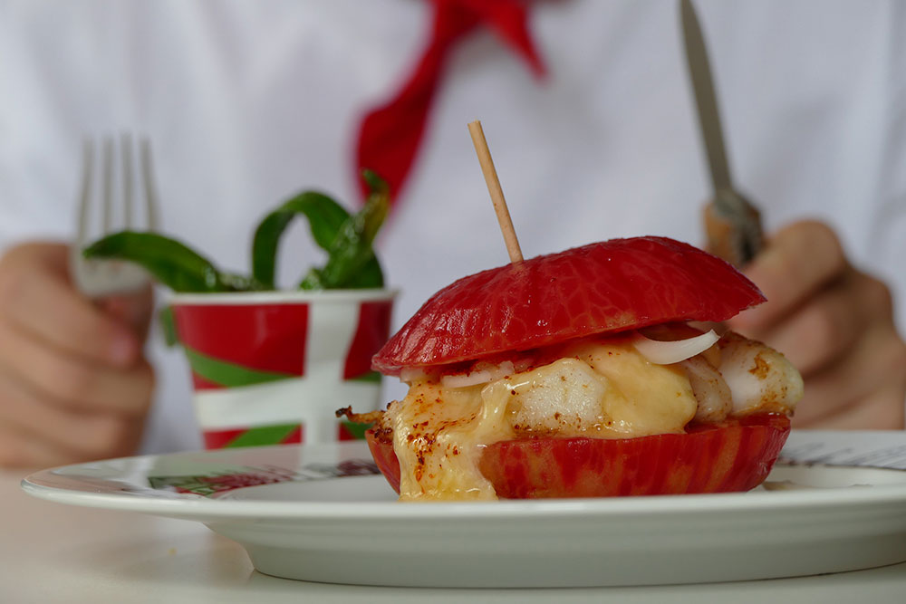 burger des fêtes de bayonne avec assiette basque, tasse drapeau basque par assiettes et compagnie