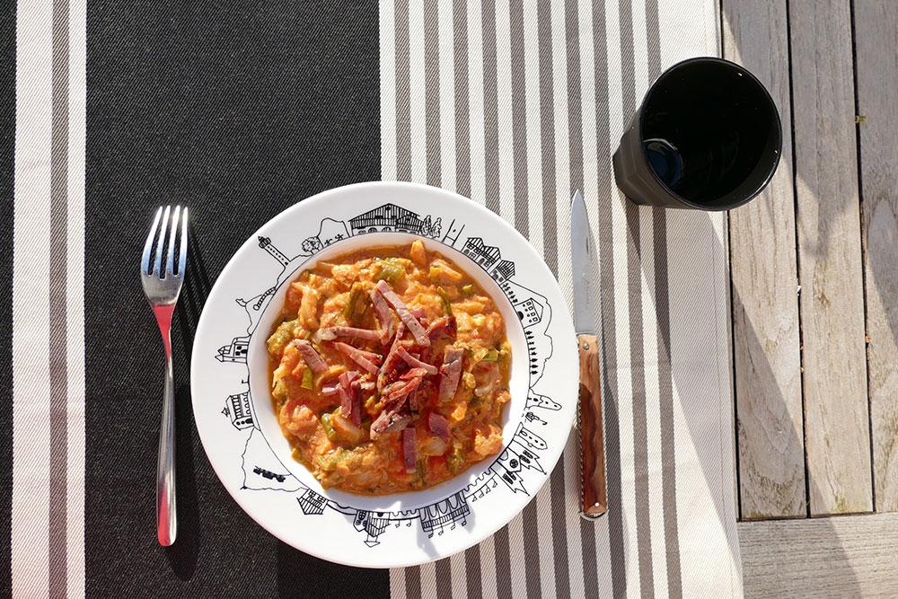 piperade basque dans assiette creuse basque