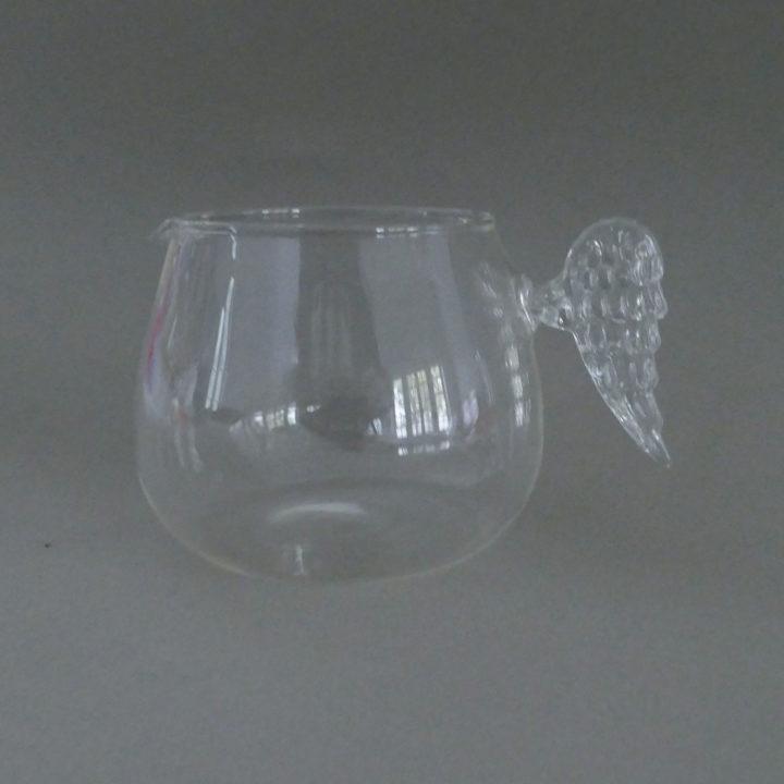 crémier en verre avec une anse en forme d'aile d'ange, une très jolie réalisation