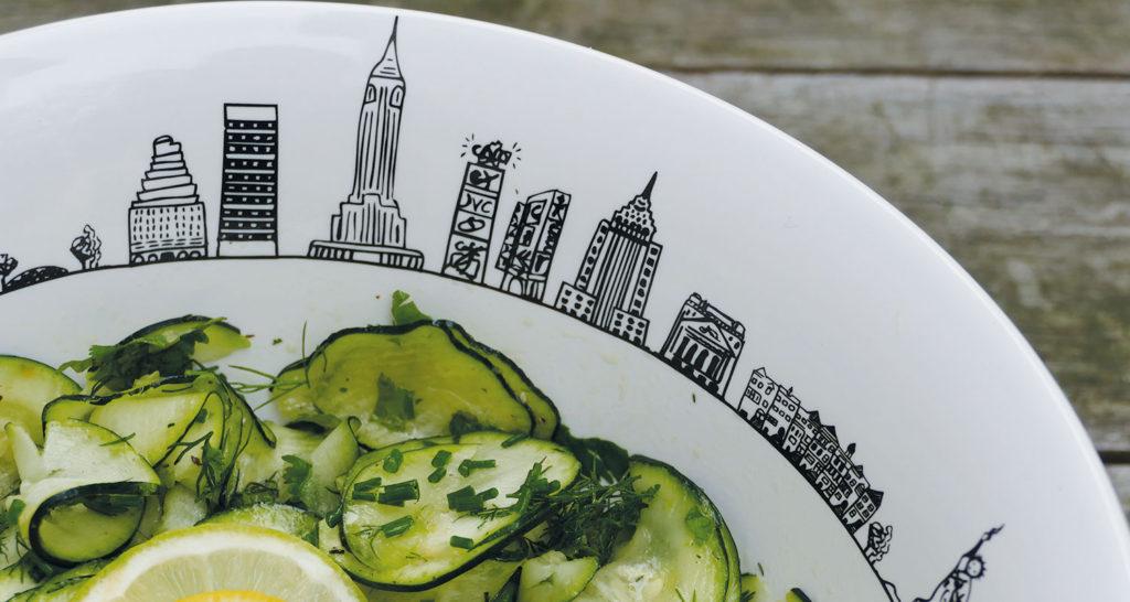 recette du carpaccion de courgette à la bergamote, avec coriandre et ciboulette, présentée dans un saladier new york par assiettes et compagnie