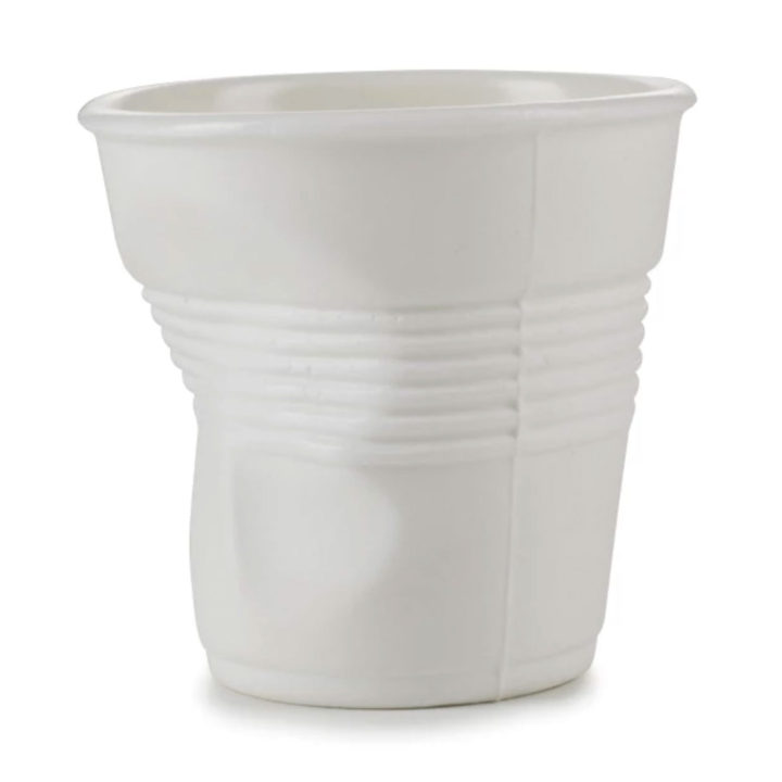 une tasse porcelaine révolutionnaire revol tellement fine qu'on croirait que c'est un gobelet en plastique, made in france, par la manufacture revol dans la drome