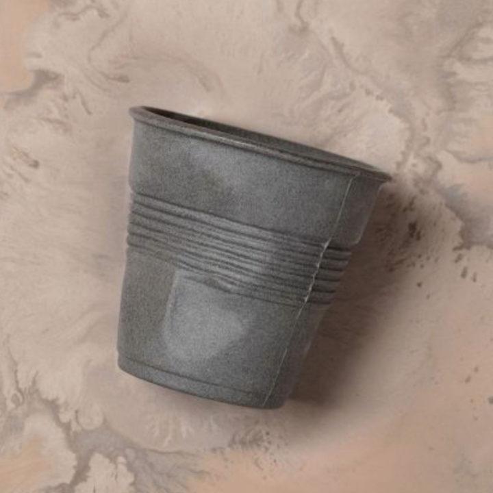 tasse revol froissée 100 % recyclée à partir d'un procédé original de retraitement de la pate de porcelaine, nouveauté 2018 2019 pour le 205e anniversaire de la maison revol porcelaine