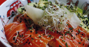 poke bowl une recette asiatique délicieuse, merci au japon et à hawaii de nous faire saliver