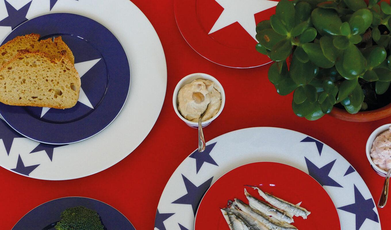 la collection bleu par assiettes et compagnie met les étoiles à l'honneur et le bleu de sèvres... avec sa touche d'humour il y a même une assiette rouge