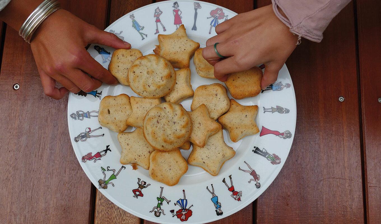 les plats assiettes et compagnie mettent de la bonne humeur sur votre table - made in france, revol porcelaine, design par béatrice pene lassus