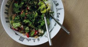 salade à l'ail des ours, une salade originale dans assiette creuse pays basque et saladier new york par assiettes et compagnie