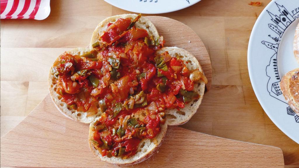 le sandwich des fetes de bayonne une recette drôle et bonne pour attaquer le rythme des fetes, en collaborationa vec paysbasque.net présentation sur un plat pays basque