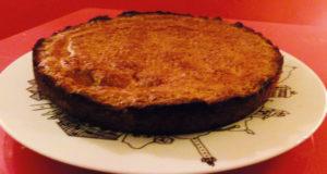 gateau basque à la myrtille sur assiette pays basque par assiettes et compagnie