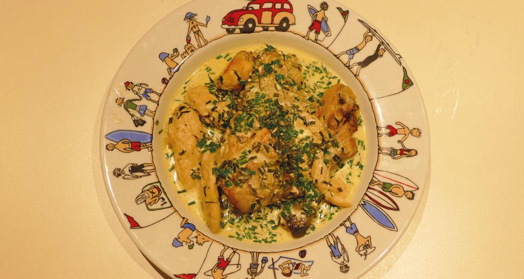 le poulet à la ciboulette est une recette familiale délicieuse et très simple à réaliser, je vous la conseille vivement pour changer votre cuisson du poulet, présentation dans un plat à gratin family surf