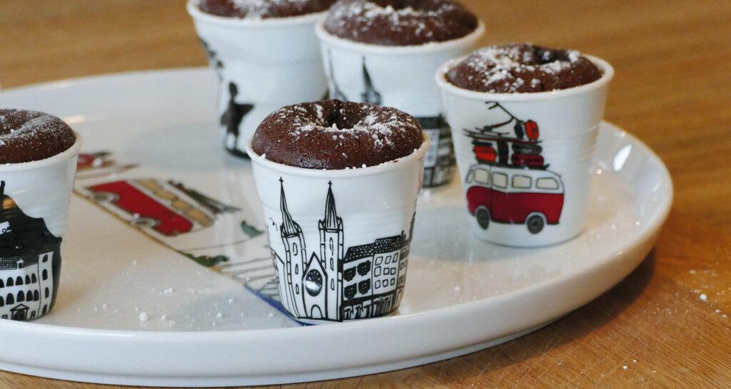 ces fondants au chocolat noir sont divins, il suffit de prendre les meilleurs ingrédients ; les fondants sont cuites dans les tasses revol du pays basque et la collection la plage par assiettes et compagnie