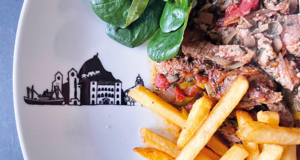 le lomo saltado est un plat péruvien délicieux, et une présentation sur un saladier Pays basque, nouvelle collection d'assiettes et compagnie