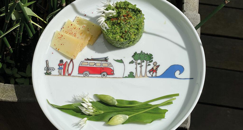 pesto à l'ail des ours et au fromage basque sur une assiette la plage par assiettes et compagnie
