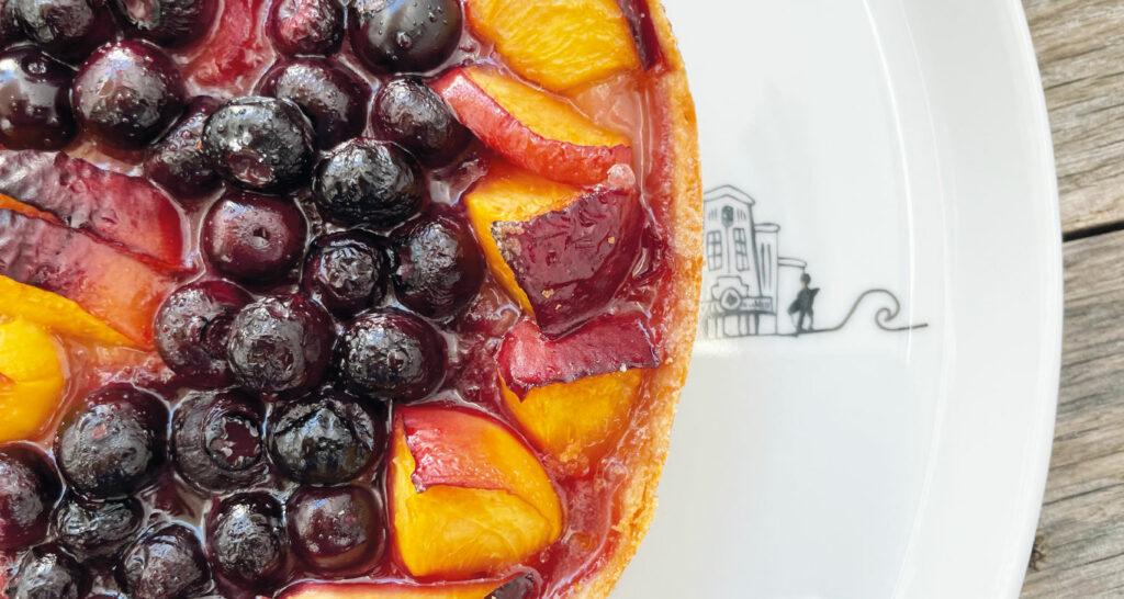 tarte peche rhubarbe et myrtilles sur plat basque