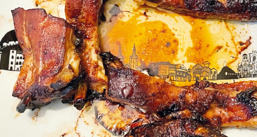travers de porc à la basquaise, une recette delicieuse de croustons de porc, des ribbs avec une sauce barbecue basque, présentation sur un plat basque par assiettes et compagnie